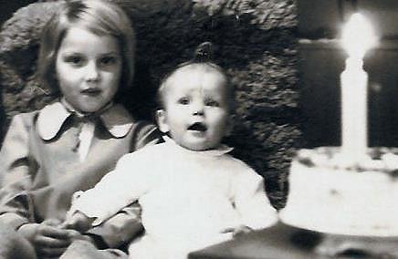 Simona coby miminko se svou starší sestrou Yvonnou.