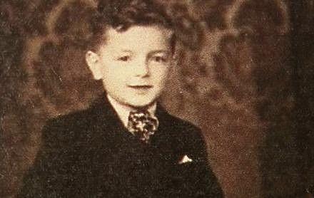 Ladislav Smoljak pocházel z chudé rodiny. Otec byl krejčí, matka pracovala jako dělnice.