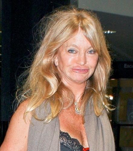 Goldie Hawn o víkendu na letišti v Los Angeles.