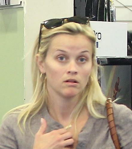 Herečka Reese Witherspoon byla z přítomnosti fotografů trochu nesvá.