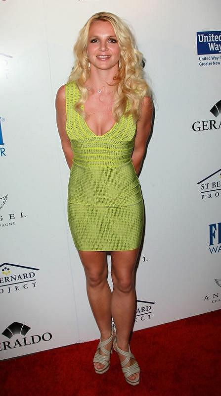 Postava Britney byla v zelených minišatech dokonalá.