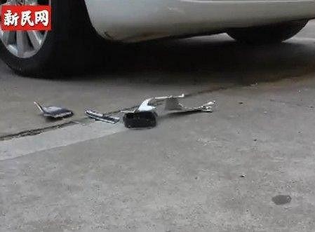 Zničená kapota auta, na které tělo dopadlo.