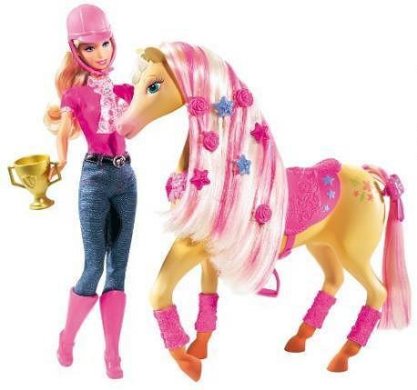 Panenka Barbie je od modelky téměř k nerozeznání.