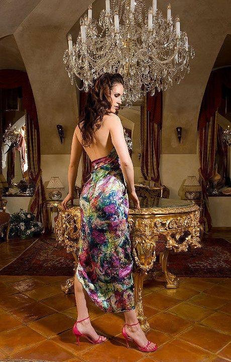 Lucie v šatech módní návrhářky Petry Pilařové.
