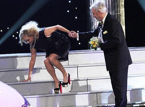 Iveta padala na schodech.