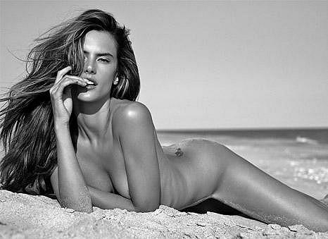 Život je pláž: Alessandra Ambrosio na snímku z focení pro brazilský magazín.