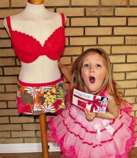 Poppy byla z voucheru na zvětšení prsou nadšená.