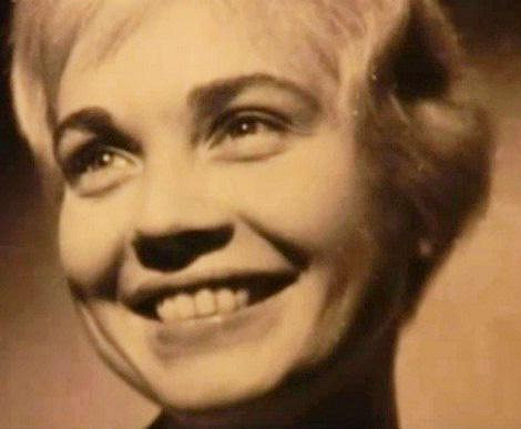 Herečka měla okouzlující úsměv.