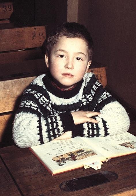 Michal David nastupuje do první třídy základní školy.