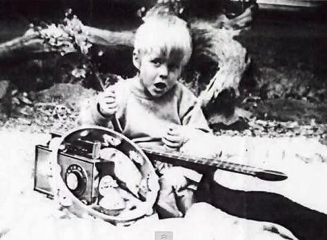 Kurt Cobain se už odmala zajímal o muziku.