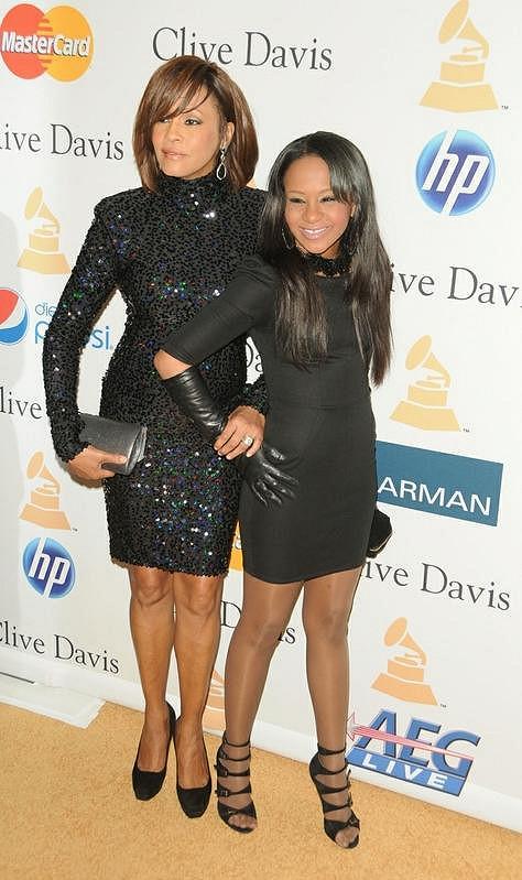 Bobbi Kristina se svou matkou Whitney v únoru na party k příležitosti předávání cen Grammy.