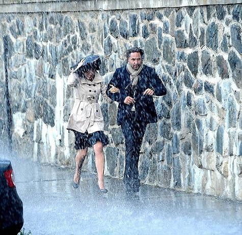 Tereza s Martinem v umělém dešti.