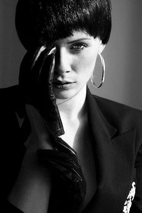 Modelka v černé paruce.