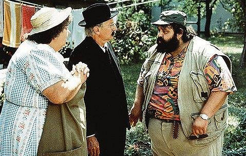 Helena Růžičková se svým synem Jiřím a Lubomírem Kostelkou ve filmu Trhala fialky dynamitem (1992).