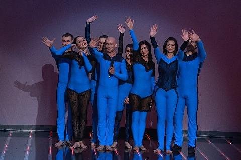 Teulis je skupina výtvarníků, která pomocí těl a hudby vytvořila stínové divadlo.