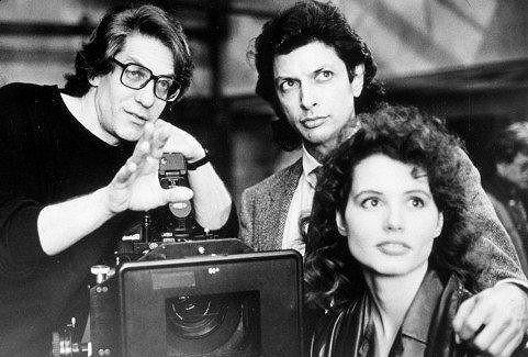 Jeff Goldblum a Geena Davis se soustředí na výklad reřiséra.
