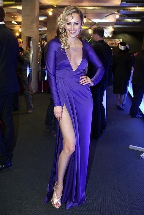 Renata Langmannová si zářivě modrý model oblékla první.