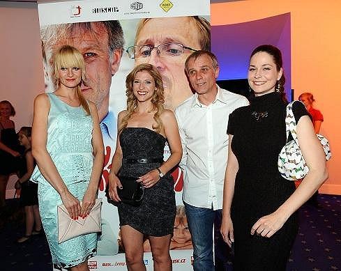 Lukáše Vaculíka ve filmu svádí Iva Pazderková, Jitka Ježková a Klára Jandová.