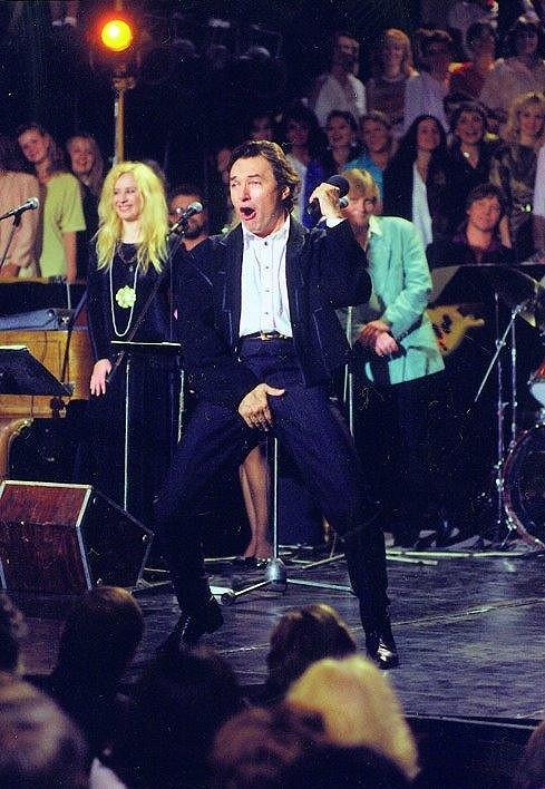 Karel si publikum umí získat nejen zpěvem, ale také choreografiemi...