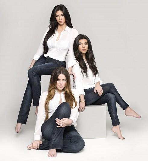 Sestry společně pózují ve své džínové kolekci.