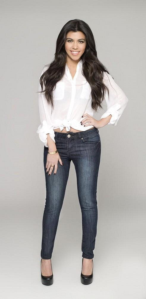 Kourtney Kardashian je v džínách sexy.