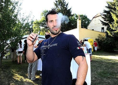 Noid zkoušel kvůli dětem elektronickou cigaretu.