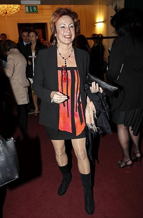 Ilona Svobodová zvolila hodně krátký model, ale se svýma nohama si to může dovolit.