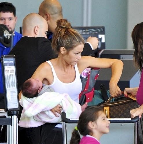 Richards s dcerami na letišti v Los Angeles.