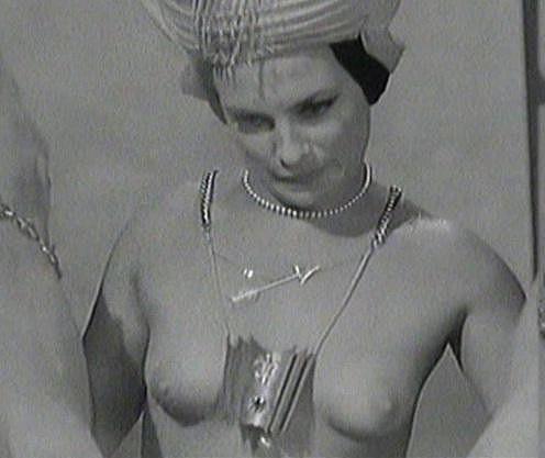 Milena Dvorská se prý svlékat před kamerou styděla, nakonec se však nechala přemluvit.