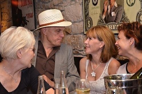 Ilona s dalšími hereckými kolegy.