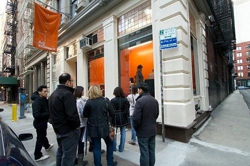 Před newyorskou galerií Tribeca se shromažďují skupinky zvědavých diváků.