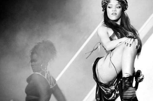 Svůdná Rihanna během vystoupení.
