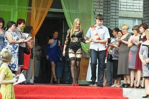 Anastasija zvolila zdaleka nejodvážnější šaty v celé škole.