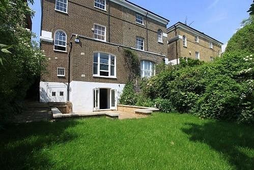 K domu patří velká zahrada.