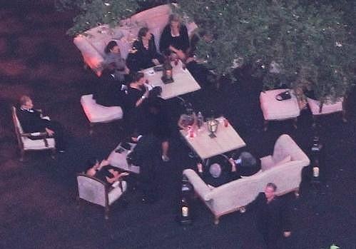 Zatím není známo, zda se svatby zúčastnil některý z herců ze seriálu Beverly Hills 90210.