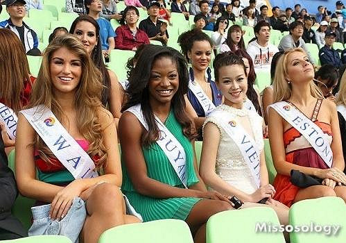 Amy Willerton na Miss Asia Pacific World 2011 (vlevo).