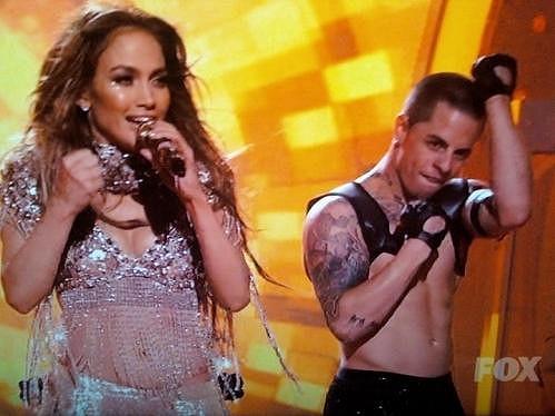 Jennifer Lopez a Casper během vystoupení.