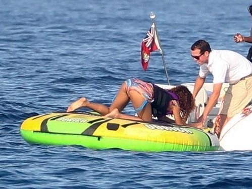Exotická diva se nemohla dostat na člun.