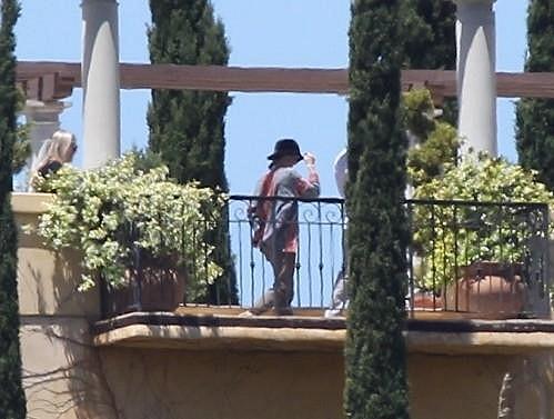 Vanessa na terase jedné z vil.
