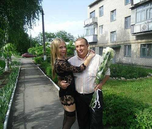 Ani otec na dceřině outfitu nevidí nic divného.