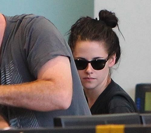 Herečce na letišti nedělal společnost Robert Pattinson, ale ostražitý bodyguard.