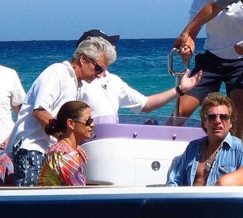 Michael Douglas s manželkou Catherine Zetou-Jones na jachtě ve Francii.