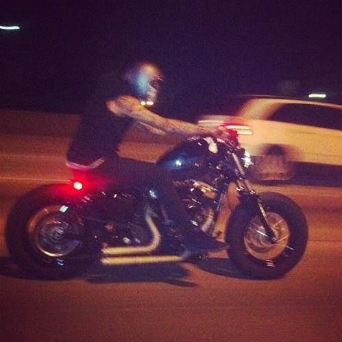 Zpěvák byl nadšeným motorkářem.