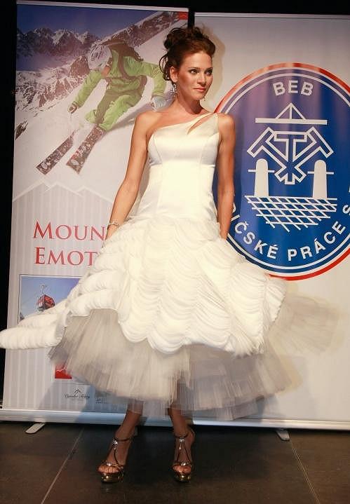 Andrea předváděla i svatební šaty.