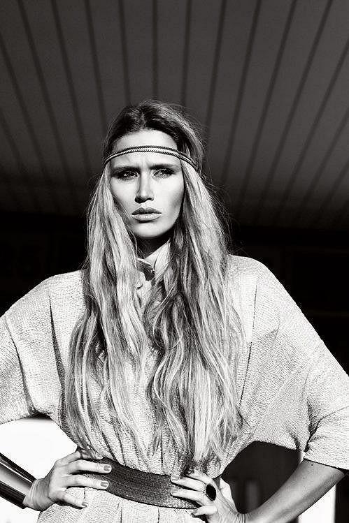 Modelka se může chlubit hřívou nezahušťovaných vlasů.