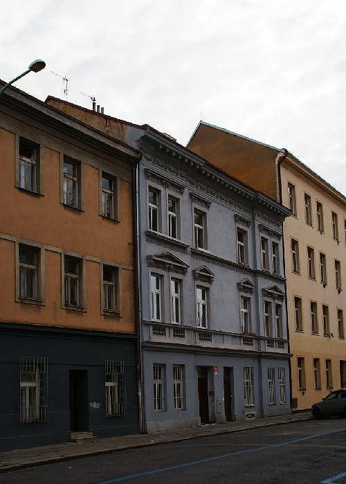 V tom samém domě začínala přesně před dvaceti lety v Praze zpěvačka Ilona Csáková s Romanem Šteflem.