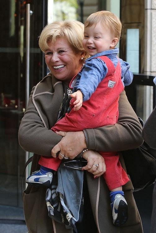 Mladší klučina Philip s babičkou.
