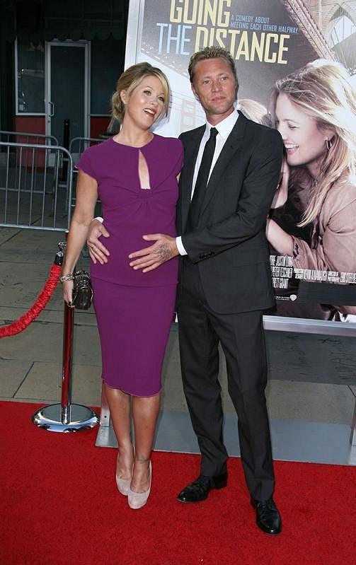 Martyn LeNoble v těhotenství pyšně hladil bříško své snoubenky.