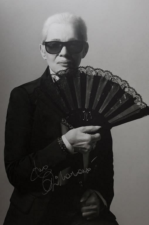 Eva Pilarová jako módní návrhář Karl Lagerfeld v kalendáři Proměny 2011.