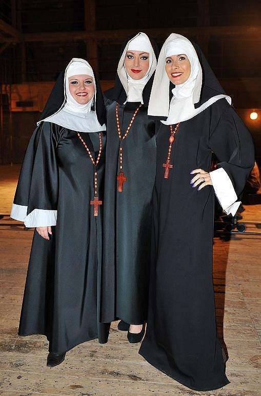 Takhle vypadaly Eva Decastelo, Martina Pártlová a Mirka Roubíková jako jeptišky.
